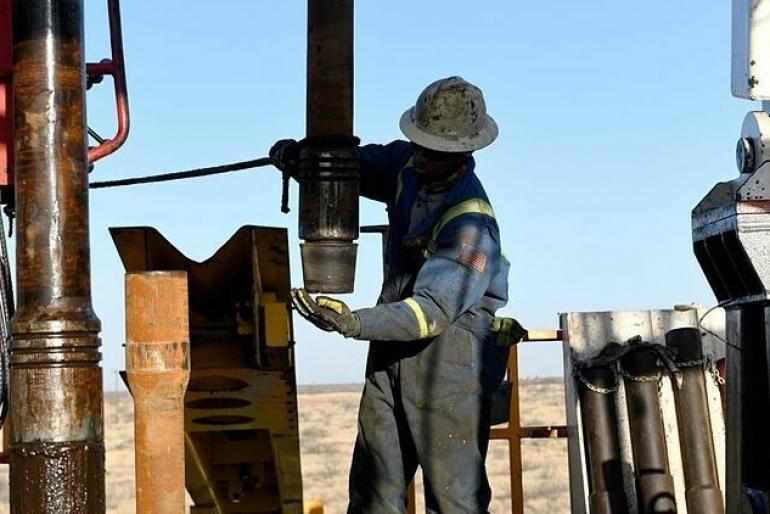 Giá dầu có tuần thấp nhất nửa năm